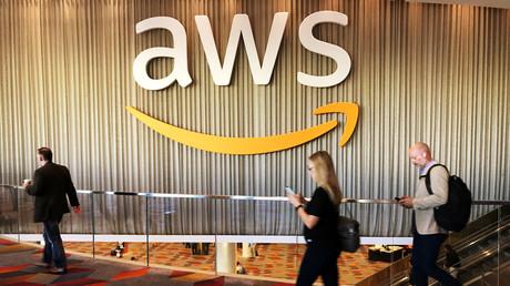 Teilnehmer der jährlichen Amazon-Cloud-Computing-Konferenz passieren das Logo der Amazon Web Services, Las Vegas, Nevada