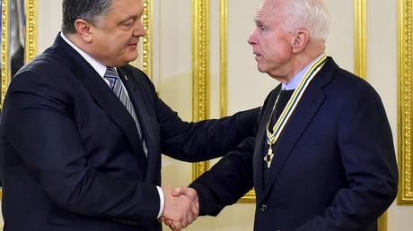 Der ukrainische Präsident Petro Poroshenko (links) verleiht US-Senator John McCain (rechts) den