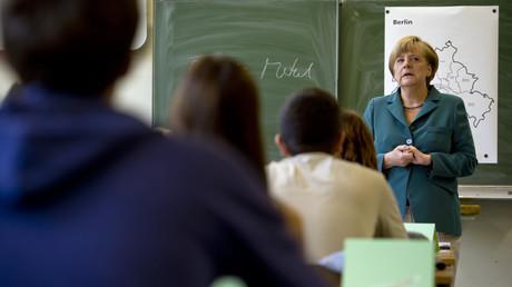 Symbolbild: Angela Merkel im Heinrich-Schliemann-Gymnasium in Berlin
