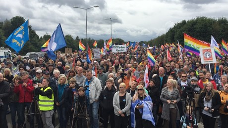 Viele Menschen beteiligen sich an einer Demonstration gegen die Rolle des US-Militärflugplatzes Ramstein beim Einsatz von Kriegsdrohnen in Ramstein-Miesenbach, 9. September 2017.