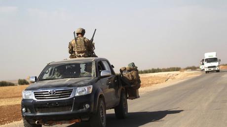 US-Spezialeinheiten fahren ein Militärfahrzeug auf der Straße zwischen ar-Rai und Azaz, Nord-Aleppo, Syrien 4. Oktober 2016.
