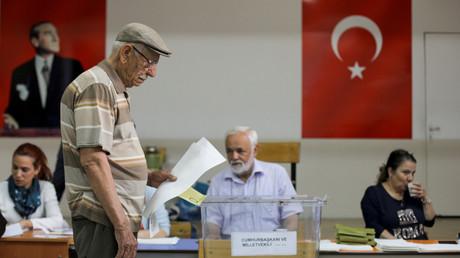 Ein Mann gibt seinen Stimmzettel für die Präsidentschafts- und Parlamentswahlen in einem Wahllokal in Ankara ab, Türkei, am 24. Juni 2018.