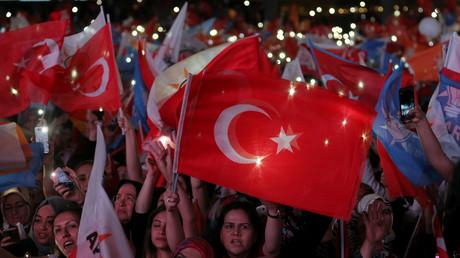 AKP-Anhänger reagieren und winken vor dem AKP-Hauptquartier in Ankara