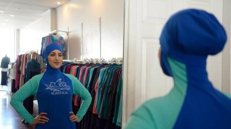 Salwa Elrashid, eine 23-jährige Studentin aus Sydney, posiert in einer Boutique in Chester Hill im Westen Sydneys. Die Ladenbesitzerin Aheda Zanetti hatte den Burkini 2004 erfunden.
