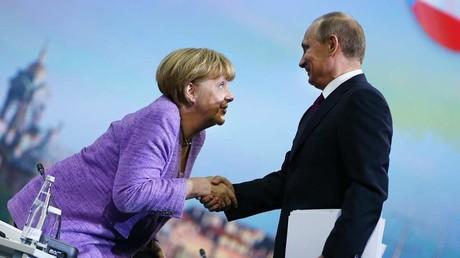 Augenkontakt mit unabsehbaren Folgen? - Putin und Merkel arbeiten zum Glück noch nicht für Netflix...