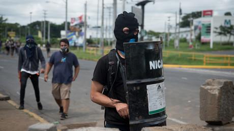 Vermummte haben auf dem Gelände der Universität in Managua Barrikaden errichtet.
