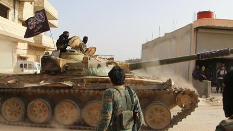 Syrische Provinz Idlib: Ein Panzer der al-Nusra-Front im Einsatz (Mai 2015).