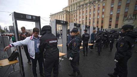 Sicherheitskontrolle bei einer Demonstration in Moskau.
