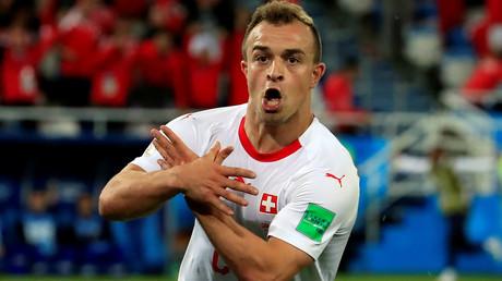 Den Adler-Jubel von Xherdan Shaqiri während des hochbrisanten WM-Vorrundenspiels gegen Serbien am 22. Juni in Kaliningrad ahndet die FIFA nur mit einer Geldstrafe. Der Schweizer Nationalspieler mit kosovo-albanischen Wurzeln muss 10.000 Franken (rund 8.680 Euro) zahlen.