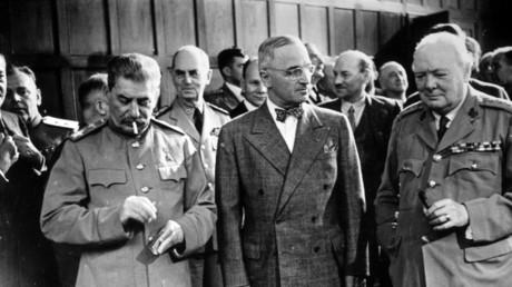 Die Chefs der drei Siegermächte Sowjetunion, USA und Großbritannien auf der Potsdamer Konferenz: Josef Stalin, Harry S. Truman und Winston Churchill (v.l.n.r.).