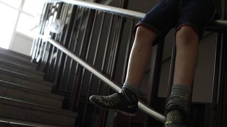 Das Familienentlastungspaket wird Kinderarmut kaum beheben. Bild: Junge im Treppenhaus in der