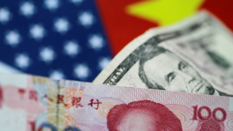 US-Dollar und chinesische Yuan-Noten sind in dieser Abbildung zu sehen.