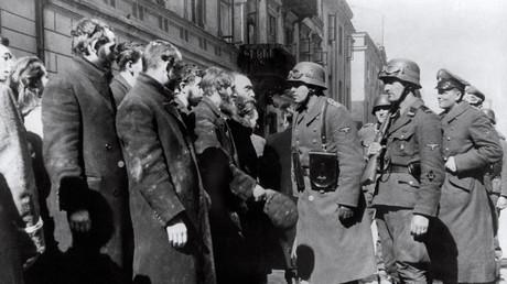 Archivbild aus dem Jahr 1943 von deutschen Soldaten, die nach dem Aufstand im Warschauer Ghetto Juden befragten. Im Oktober 1940 begannen die Nazis, über drei Millionen polnische Juden in überfüllten Ghettos zu konzentrieren.
