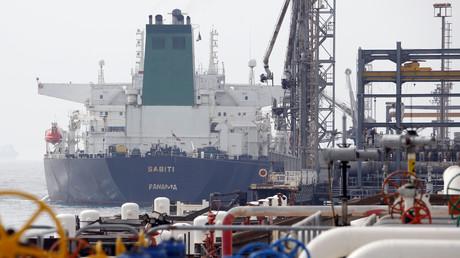 Ein panamaischer Tanker dockt an der Plattform der Ölanlage auf der iranischen Insel Chark an. (Archivbild vom 12. März 2017)
