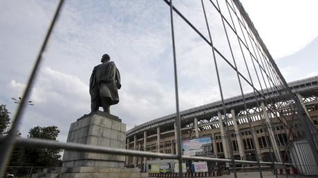 Die Bronzestatue von Wladimir Iljitsch Lenin (1870-1924) vor dem Moskauer Luschniki-Stadion