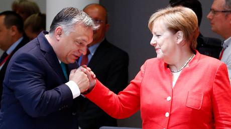 Ungarns Präsident Victor Orban ist ein ausgesprochener Kritiker der Flüchtlingspolitik von Bundeskanzlerin Angela Merkel. Die Begrüßung beim EU-Gipfel fiel dennoch herzlich aus.