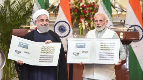 Neu-Delhi, Februar 2018: Irans Präsident Hassan Rouhani und Indiens Premierminister Narendra Modi präsentieren eine gemeinsame Gedenk-Briefmarke .