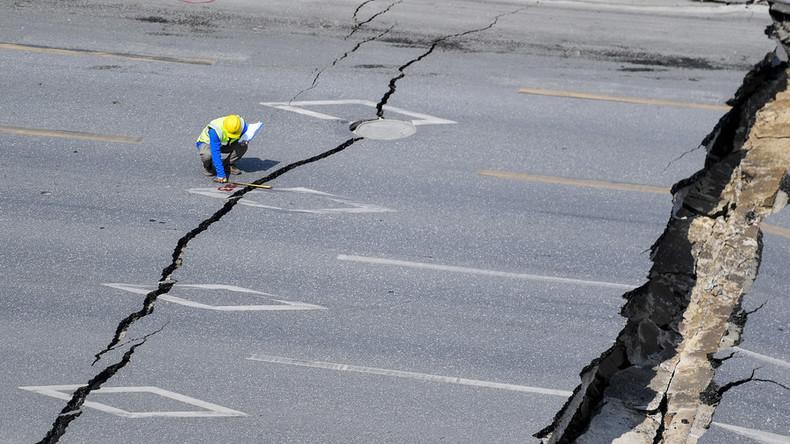 Und der Boden tat sich auf: 50 Meter langer Straßenabschnitt in China bricht zusammen