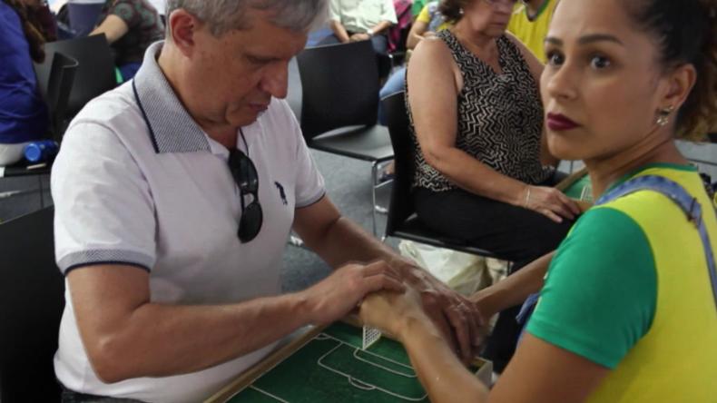 Wie Blinde in Sao Paulo mithilfe von Gehörlosen die WM verfolgen und bei Spielen mitfiebern