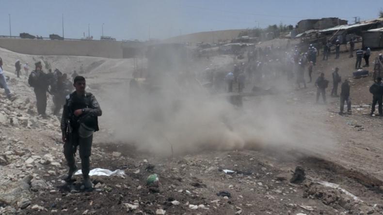 Protest gegen Bulldozer - Israel lässt nicht genehmigtes Dorf von Beduinen abreißen