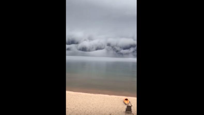 Gigantisches Naturschauspiel: Himmel legt sich aufs Meer