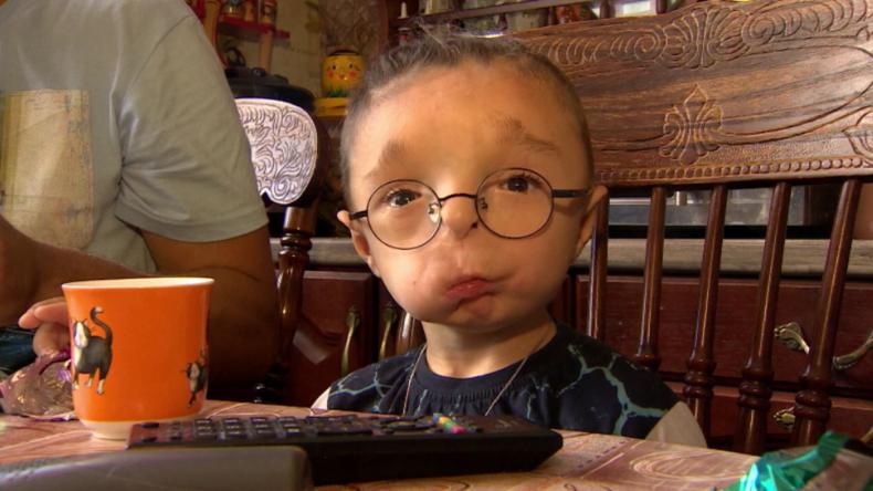 """""""Sie nannten ihn Freak"""" - Die aufrüttelnde Geschichte von Rustam und seinem Weg aus dem Kinderheim"""