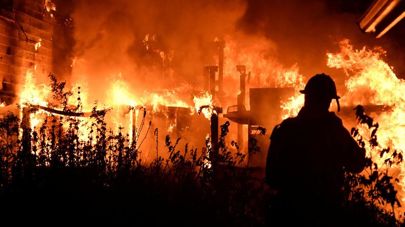 Tausende Feuerwehrleute kämpfen gegen Buschfeuer in Kalifornien an