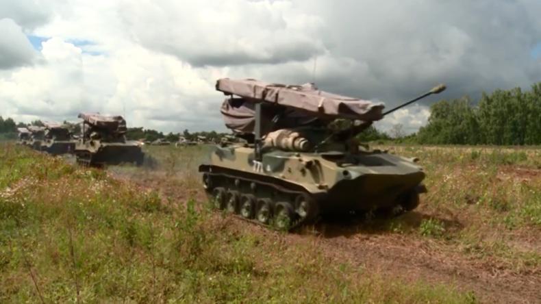 Russland: Große Militärübung gestartet – mit Abwurf von gepanzerten Fahrzeugen samt Personal