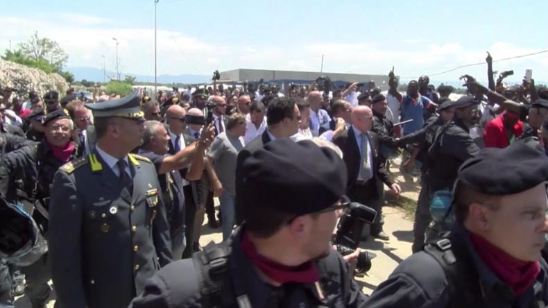 """""""Kümmert Euch lieber um die Zustände hier"""" - Salvini besucht berüchtigtes Migranten-Lager in Italien"""