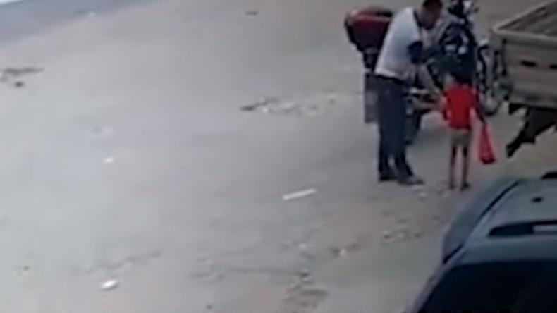 Überwachungskamera in China: Mann lockt Dreijährige mit Süßem an und entführt sie