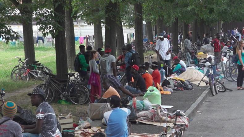 Chaos in italienischer Kleinstadt: Hunderte Migranten schlafen auf der Straße