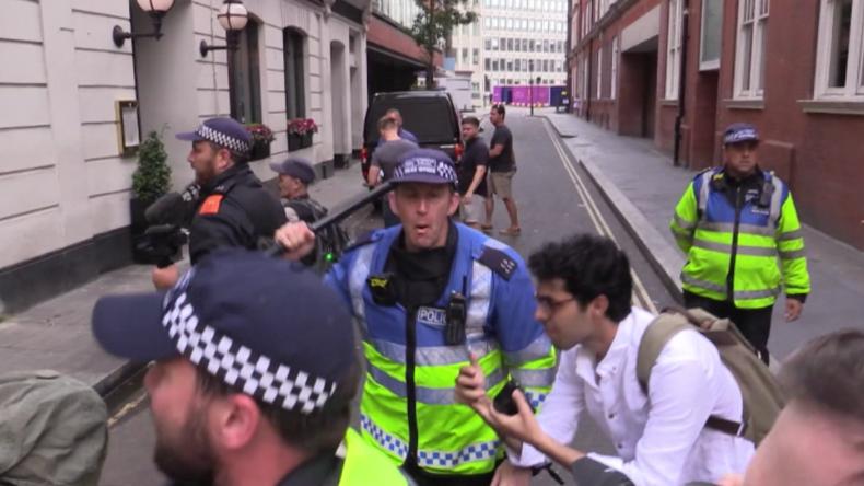 London: Anhänger von Tommy Robinson und Antifa-Protestler von Polizei mit Schlagstöcken getrennt