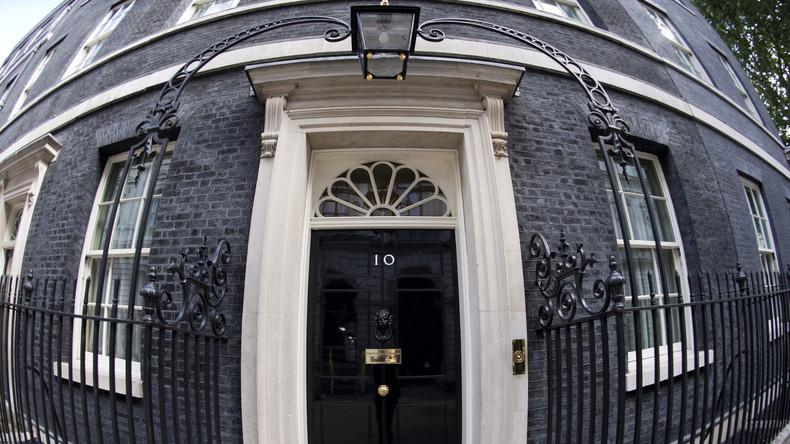 Britischer Abgeordneter belästigt Barkellnerin mit 2.000 schlüpfrigen SMS und verlässt Kabinett May