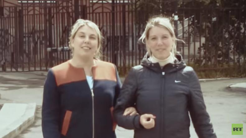 Durch reinen Zufall: Zwillinge aus Russland finden sich nach 35 Jahren Trennung wieder (Video)