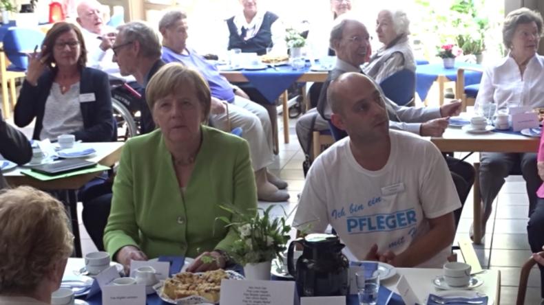 Bundeskanzlerin Merkel besucht Pflegeheim und lauscht bei Kaffeekränzchen Rap-Musik