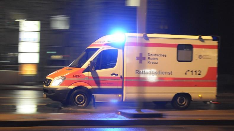 Rettungswagen mit hochschwangerer Frau kippt um – fünf Verletzte