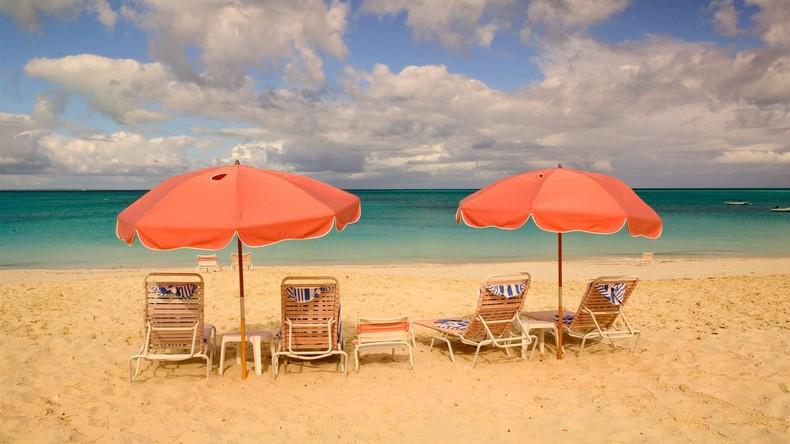 USA: Fliegender Sonnenschirm durchbohrt Urlauberin am Strand