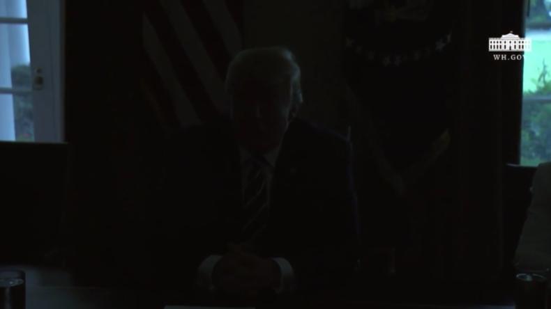 Ein Omen? Trump erklärt sich solidarisch mit den US-Geheimdiensten und das Licht geht aus