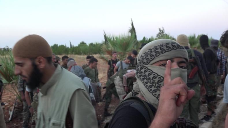 Syrien: Kämpfer und Zivilisten steigen in einen Evakuierungskonvoi in Richtung Aleppo
