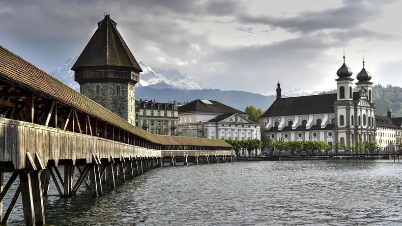 Handy-Geklingel statt Glockenspiel: Kirchturm-Kunstprojekt vorzeitig beendet - Anwohner genervt