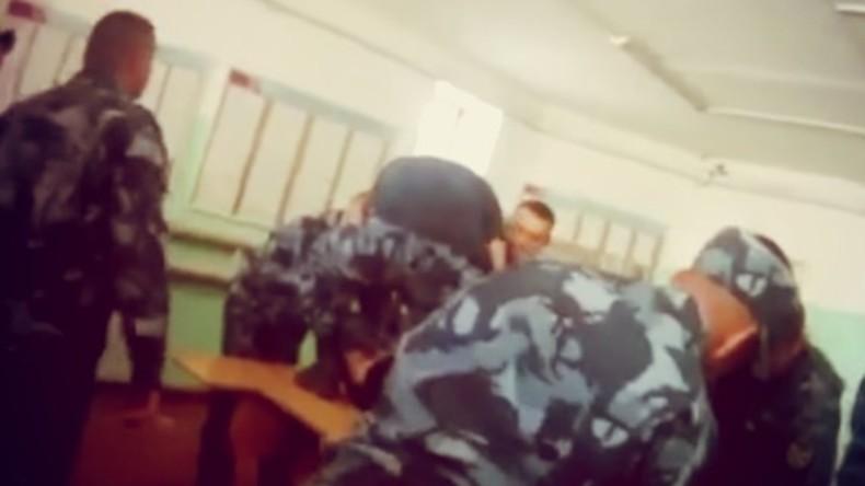 Schwerer Folterfall in russischem Gefängnis – sechs Gefängniswärter festgenommen (Video)