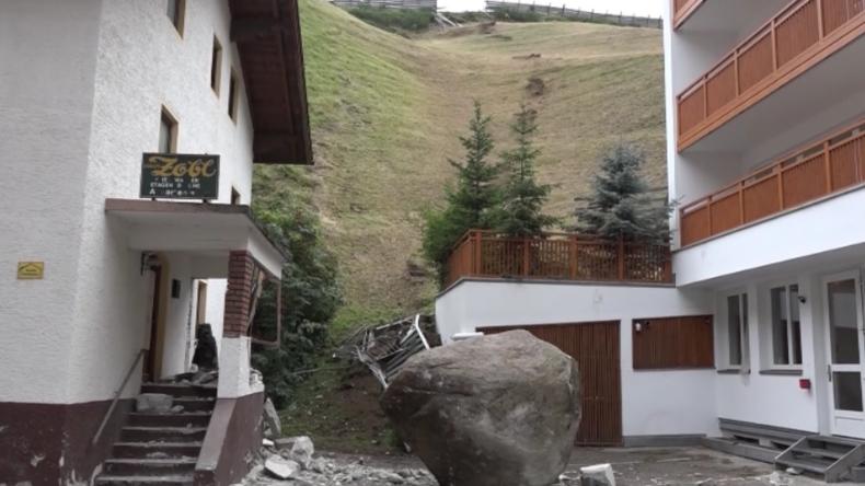 Österreich: 20-Tonnen-Stein löst sich, kommt ins Rollen und kracht in Wohnhaus