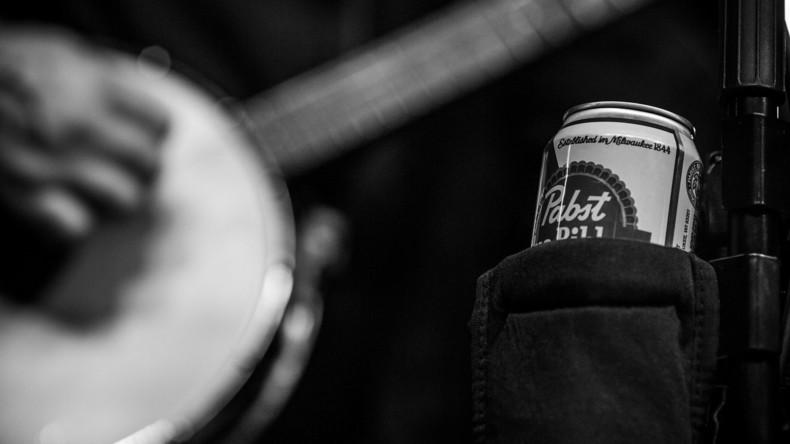 Musiker rettet Konzertbesucherin das Leben, indem er diese mit Bier bespuckt