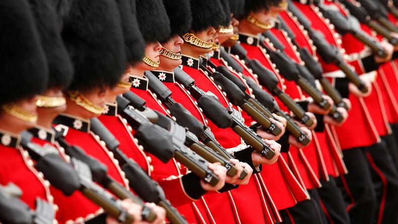 Wachablösung behindert: Königlicher Gardist schubst Touristin zur Seite, die ihm im Wege steht