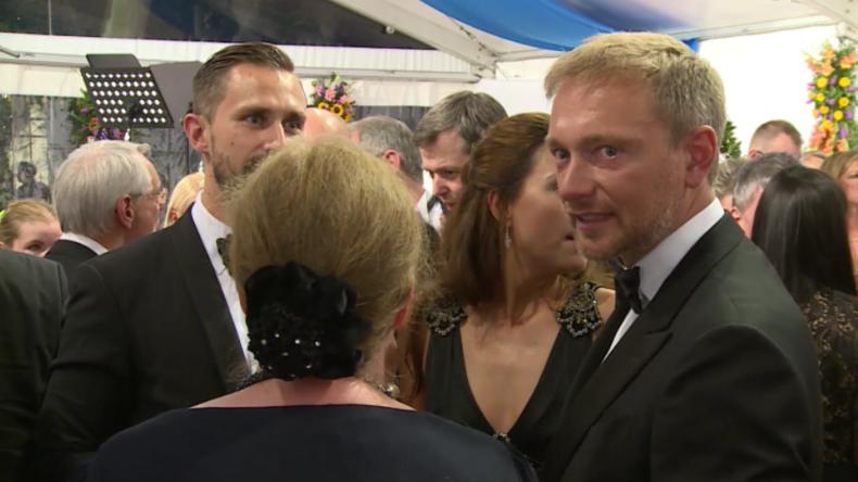 Wagner Festspiele: Merkel in Grün, Lindner erstmals mit neuer Freundin und Protest gegen Söder