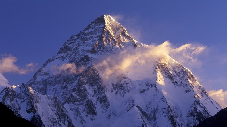 Polnischer Skiläufer meistert erste Schussfahrt vom zweitgrößten Berg der Welt