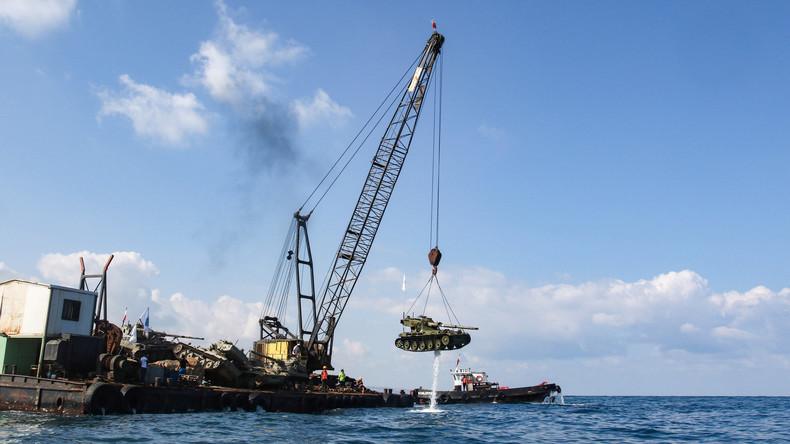 Panzer zu Korallenriffen: Libanesische Umweltaktivisten versenken zehn Kampffahrzeuge ins Mittelmeer