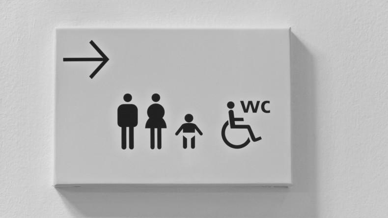 Gericht lässt Verdächtigen frei, da er beim Verhör nicht auf die Toilette durfte