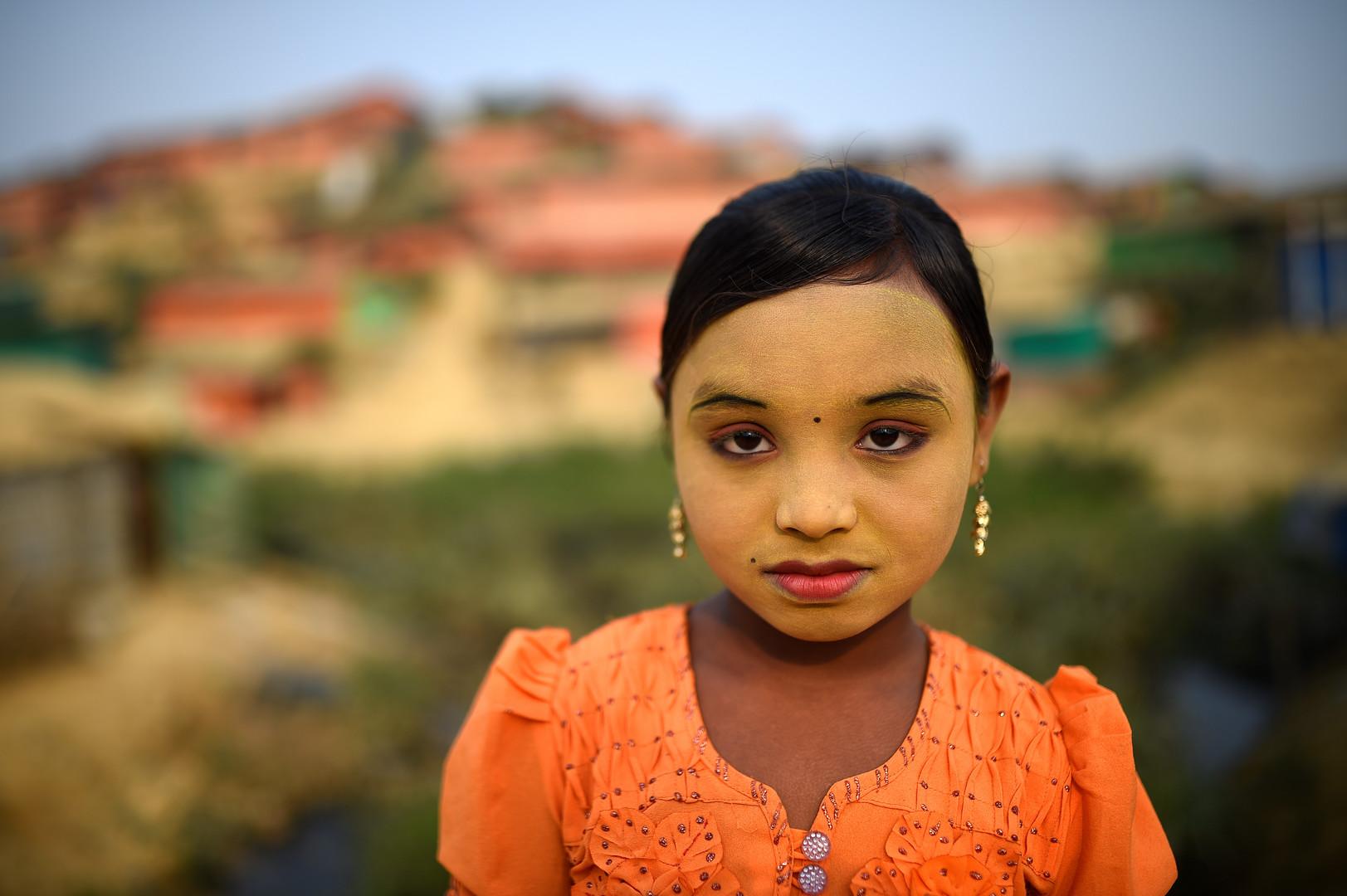 """Zannat Ara, neun Jahre alt, posiert im Kutupalong Flüchtlingscamp in Cox Bazar, Bangladesch, 2. April 2018. Zannat: """"Ich trage Make up, um mein Gesicht rein zu halten und die Insekten davon abzuhalten, mich ins Gesicht zu stechen."""""""
