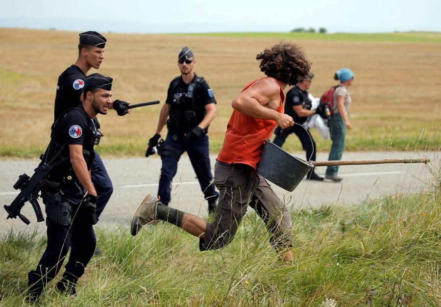 Tour de France: Zwangspause nach Protesten und Pfefferspray-Unfall
